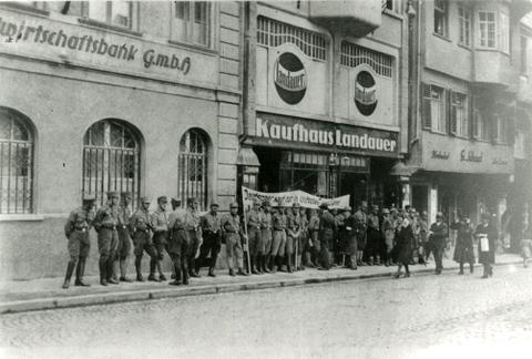 http://www.landeskunde-baden-wuerttemberg.de/fileadmin/landeskunde/images/Landesgeschichte/Nationalsozialismus/Ravensburg/Zentrum_von_RV__Zeitgeschichte_04.jpg